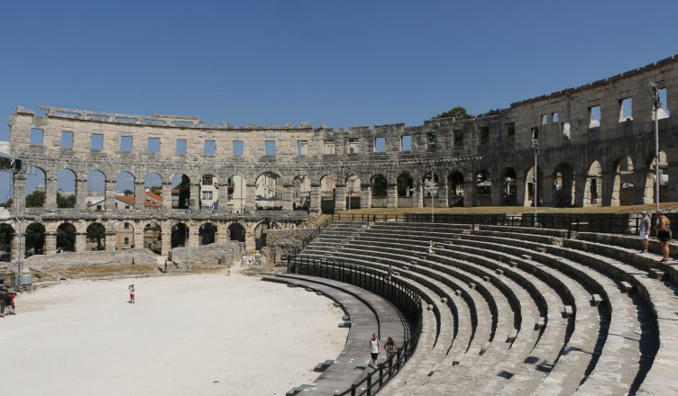 While on the one side of the Amphitheatre you can see the normal seats, the pit for the shows and fights …
